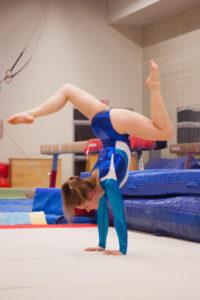 Gymnaste sur les mains